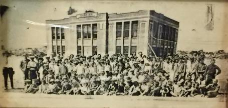 Oplin students in front of the 1918 schoolhouse.